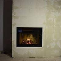Austroflamm 75-57 K в теплоемкой облицовке из Lila Teca и керамический дымоход.