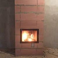 Небольшой закрытый теплоемкий камин на базе Austroflamm 65*51 с теплоемким боксом.